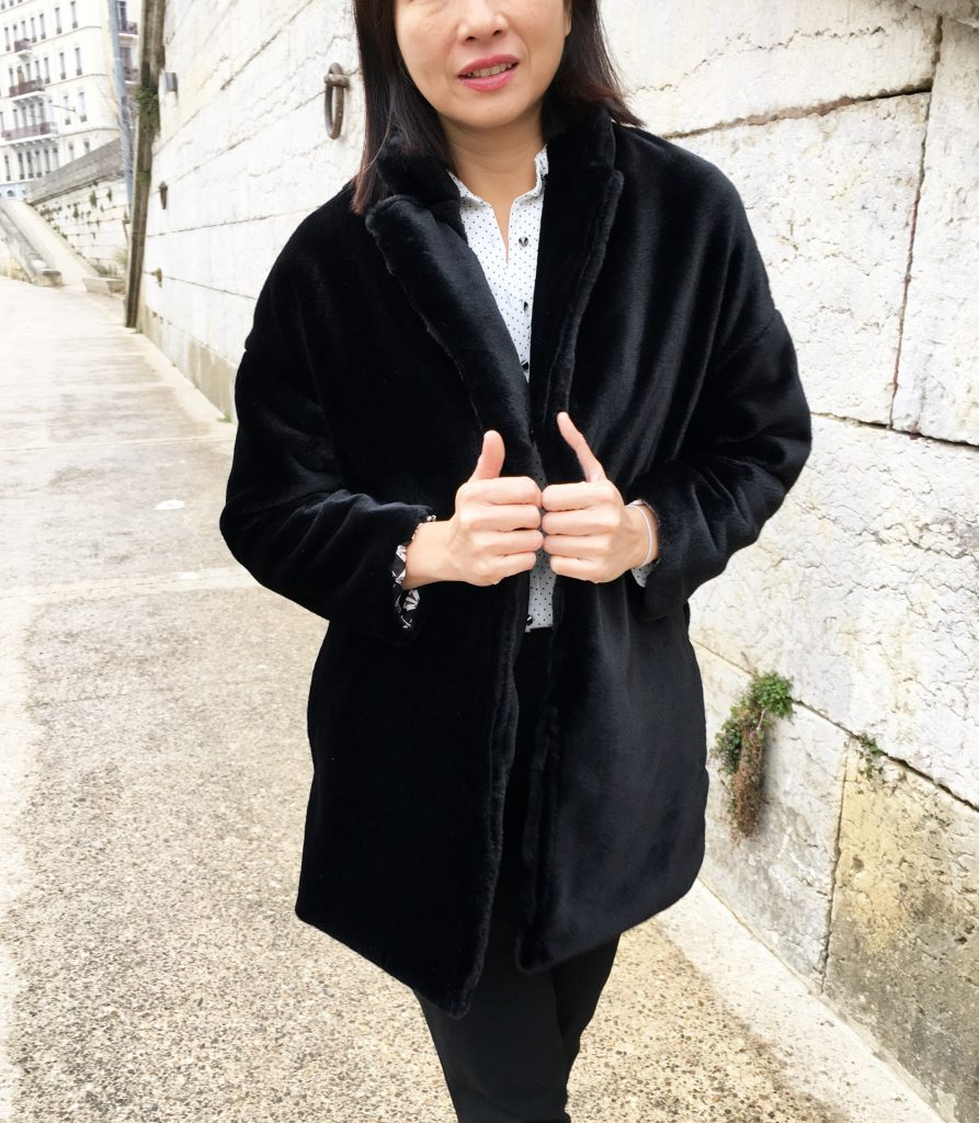 Manteau Villette by La Maison Victor – Fausse fourrure Pretty Mercerie – Chemise Louisantoinette Elsa Pulse – Pantalon Uniqlo mode couture