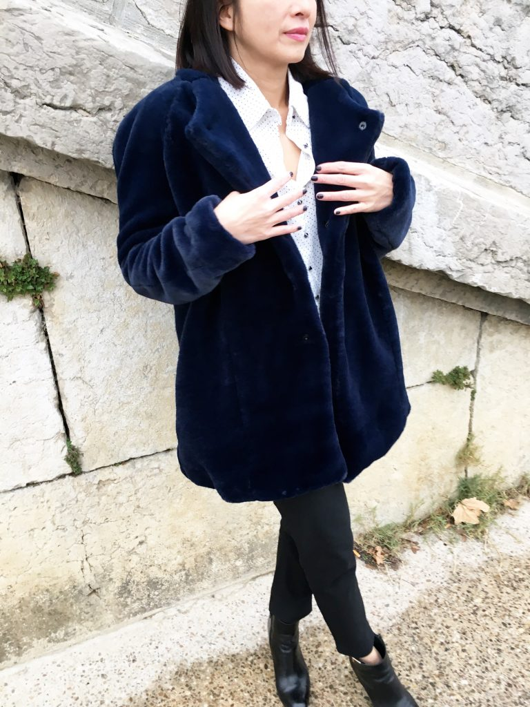 Manteau Nora by Coralie Bijasson – Fausse fourrure Pretty Mercerie – Chemise Louisantoinette Elsa Pulse – Pantalon Uniqlo